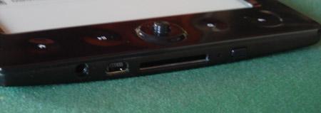 JerryBook E60: dettaglio USB, presa auricolari, memory card SD, tasto on/off