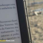 I tasti su entrambi i lati dello schermo usati per il cambio pagina