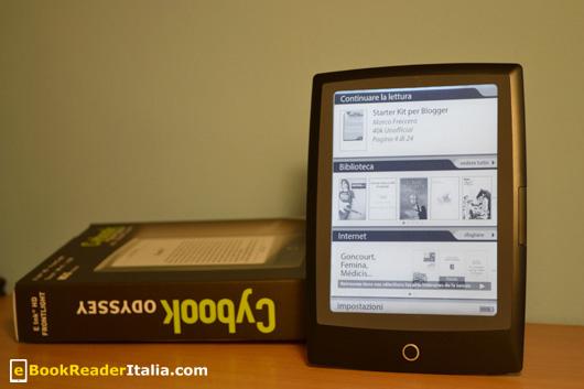 Il Cybook Odyssey FrontLight HD di Bookeen. Nella confezione c'è il manuale in Italiano e il cavetto Usb