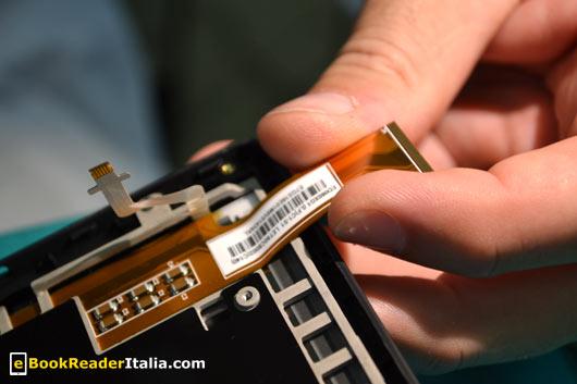 Kobo Glo: il cavetto principale per l'alimentazione dei circuiti elettronici e il piccolo cavetto per l'alimentazione dei led che illuminano lo schermo
