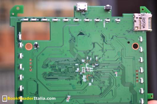 Kobo Glo: sul bordo a destra c'è la scheda di espansione micro-SD, segue il tasto di reset e al centro in alto l'attacco micro-USB