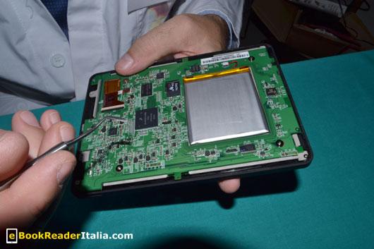 Kobo Touch: la batteria incollata al teleaio