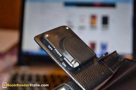 Dettaglio dell'interruttore on/off della luce integrata nella clip della custodia Luxe