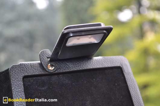 La clip con luce integrata della custodia Luxe e il sistema di apertura