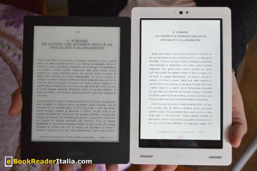 Lo schermo del Kobo Aura (a sinistra) ha uno schermo leggermente più largo (foto scattata in interni).
