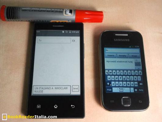 Il Boox E43 a confronto con un Samsung Galaxy Young