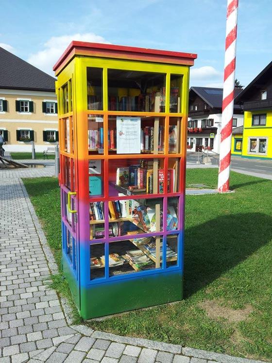 La cabina telefonica riadattata a biblioteca