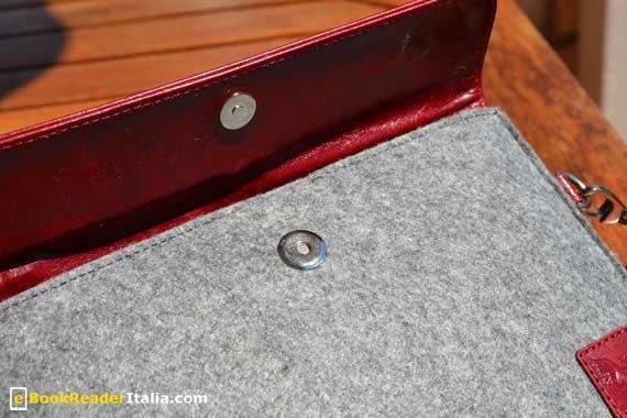 La clip magnetica che chiude la custodia.