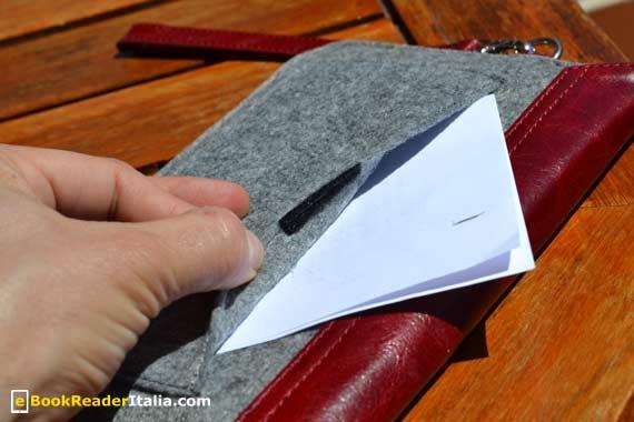 La tasca posteriore può contenere fogli o piccoli oggetti