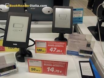 Kindle esposti nella grande distribuzione organizzata: batteria scarica e senza alimentazione elettrica.