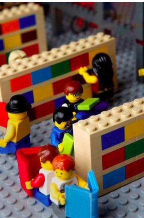 La libreria in miniatura costruita in Lego è tratta da un'immagine di bookriot.com