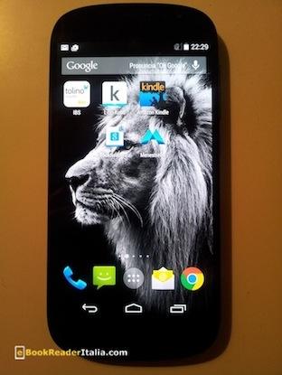 Yotaphone 2: lo schermo Amoled retroilluminato. Configurato con le app reader dei maggiori marchi della lettura digitale: Kindle, Kobo e Tolino.